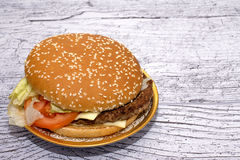 Burger mit Salat in einer schönen Platte lizenzfreie stockfotos