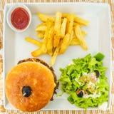 Burger mit Salat und Chips Stockfoto