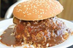 Burger mit zu vieler Soße Lizenzfreie Stockbilder