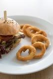 Burger mit Zwiebelringen stockbilder