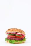 Burger Rote-Bete-Wurzeln des strengen Vegetariers mit dem Feldsalat, der Tomate, der Gurke und dem Rettich Stockfotos