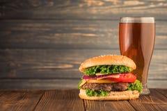 Burger und Bier lizenzfreies stockfoto