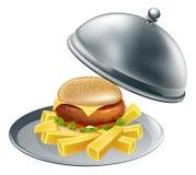 Burger und Chips auf einer silbernen Servierplatte Stockfotos