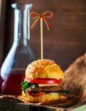 Burger und Flasche Soße Stockbild