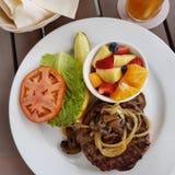 Burger und Früchte Stockfoto