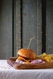 Burger und Kartoffeln stockfotos