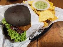 Burger und Tortilla-Chips stockfoto