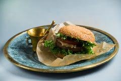 Burger Vegan με τα φρέσκα λαχανικά, υγιές γρήγορο φαγητό, γαλαζωπό υπόβαθρο στοκ φωτογραφία με δικαίωμα ελεύθερης χρήσης