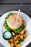 Burger Vegean με το μαρούλι, την ντομάτα, και την πατάτα στοκ εικόνες με δικαίωμα ελεύθερης χρήσης