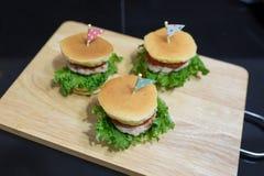 Burger wenig mit drei Pfannkuchen Stockfotos