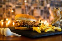 Burger Zinger με τις τηγανιτές πατάτες στοκ φωτογραφία με δικαίωμα ελεύθερης χρήσης