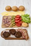 Burgerbestandteile auf einem wei?en Holztisch, Seitenansicht nahaufnahme stockfotos