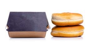 Burgerbrötchen-Burgerkasten lizenzfreie stockbilder
