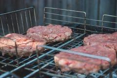 Burgerfleisch auf dem Grill Stockbilder