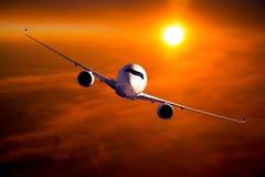 Burgerlijk breed lichaamsvliegtuig tijdens de vlucht De tijd van de zonsondergang royalty-vrije stock fotografie