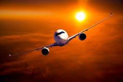 Burgerlijk breed lichaamsvliegtuig tijdens de vlucht De tijd van de zonsondergang royalty-vrije stock afbeeldingen