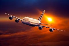 Burgerlijk breed lichaamsvliegtuig tijdens de vlucht Vliegtuigen die hoog vliegen stock afbeeldingen