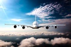 Burgerlijk wide-body vliegtuig tijdens de vlucht stock afbeeldingen