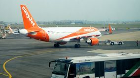 Burgerlijke Vliegtuig het manoeuvreren taxi bij luchthaven stock video