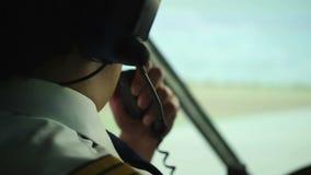 Burgerluchtvaart proef gebruikende radio voor communicatie met luchtverkeersleider stock videobeelden