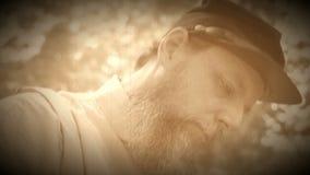 Burgeroorlogmilitair die zeer gedeprimeerd is (de Versie van de Archieflengte) stock video