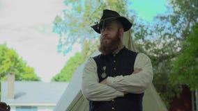 Burgeroorlogmilitair met zijn gekruiste wapens stock videobeelden