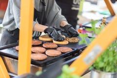 Burgers βόειου κρέατος έτοιμα να εξυπηρετήσουν στο στάβλο τροφίμων στοκ φωτογραφία