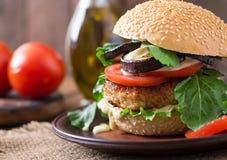 Burgers κοτόπουλου με την ντομάτα και τη μελιτζάνα - σάντουιτς Στοκ φωτογραφίες με δικαίωμα ελεύθερης χρήσης