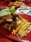 Burgers που τυλίγεται στο μαρούλι στοκ φωτογραφία με δικαίωμα ελεύθερης χρήσης