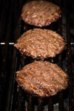 Burgers στη σχάρα Στοκ φωτογραφία με δικαίωμα ελεύθερης χρήσης
