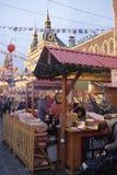 Burgers bezocht de Markt van het Nieuwjaar in Rood Vierkant Stock Afbeeldingen
