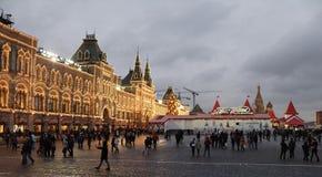 Burgers bezocht de Markt van het Nieuwjaar in Rood Vierkant Stock Fotografie