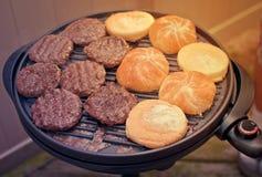 Burgers bij de grill Royalty-vrije Stock Foto's