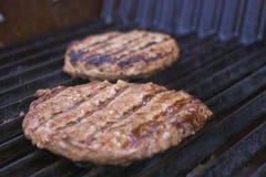 Burgers op de grill Stock Foto