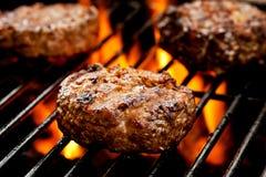 Burgers op de grill royalty-vrije stock foto