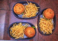 3 Burgers op de mand bij hamburgerhuis Stock Afbeelding