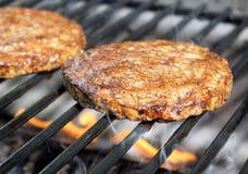 Burgers Sizzling στη σχάρα στοκ εικόνα με δικαίωμα ελεύθερης χρήσης