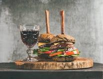 Burgers van het rundvleesvlees met barbecuesaus en rode wijn royalty-vrije stock afbeelding
