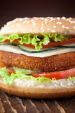 Burgersandwich des gebratenen Huhns oder der Fische Stockfotos