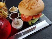 Burgersoßentischbesteck-Plattengetränk geschmackvoll stockfoto