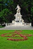 burggarten den trädgårds- mozart statyn vienna Royaltyfria Bilder