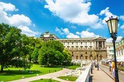 Burggartenen med statyer och gömma i handflatan huset, Wien, Österrike royaltyfria bilder
