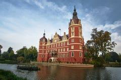 Burggraben und neues Schloss im Park Lizenzfreies Stockfoto