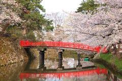 Burggraben und rote Brücke Stockfotos
