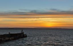 Burghead solnedgång på annandagen 2013. arkivfoton