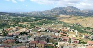 Burgio, vista panorâmica da vila do burgio, Italia fotos de stock