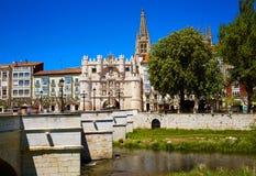 Burgos Arco Santa Maria båge och Arlanzon flod Royaltyfri Fotografi