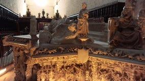 Burgos, Spanje - April 14, 2019: Oud die graf in marmer in Cartuja DE Miraflores kloosterbinnenland wordt gesneden stock videobeelden