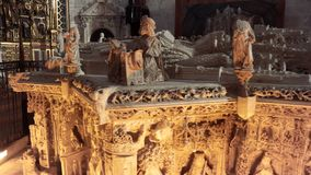 Burgos, Spanje - April 14, 2019: Oud die graf in marmer in Cartuja DE Miraflores kloosterbinnenland wordt gesneden stock footage