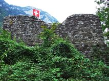Burgruine Stralegg o Romische Ruine Strahlegg sopra lo stabilimento di Amden immagine stock